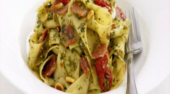 Pesto Soslu ve Yarı Kurutulmuş Domatesli Pappardelle